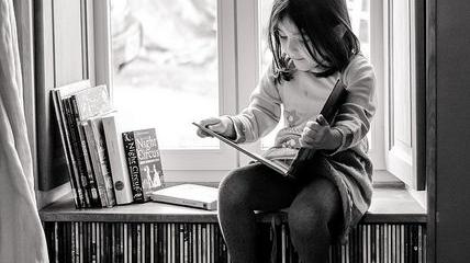 """Citind-o pe Claudia Drăgănoiu. Cartea """"Pișcotina și măgărușul Pavarotti"""""""